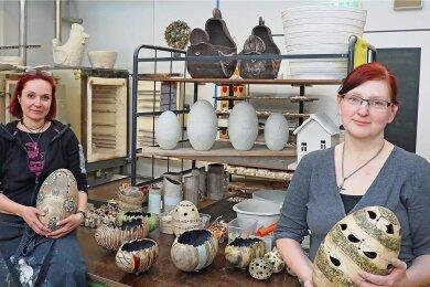 Noch befindet sich die Töpferei - Katrin Kögler (rechts) und ihre Gruppenleiterin Isabel Reinhold - in den Mauritius-Werkstätten in Zwickau.