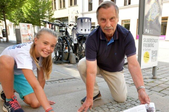 """Vier Stolpersteine an der Ecke Burgstraße/Thielestraße: Am 1. September sollen alle 24 Stolpersteine in Freiberg geputzt werden. Im Bild Pia Skovgaard-Sörensen und Michael Düsing. """"Freiberg für alle"""" sucht Paten für die Steine gegen das Vergessen."""