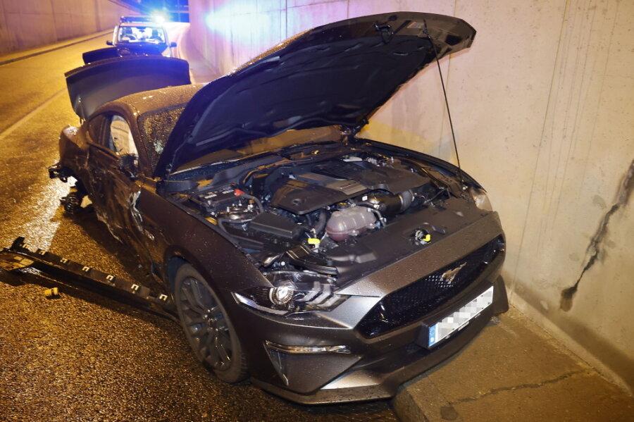 Tunnelcrash: Mustang kollidiert mit Dodge