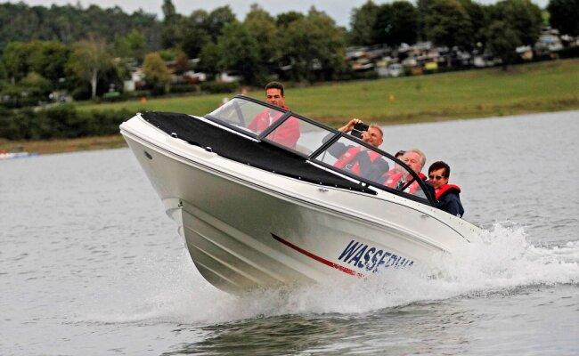 Die Wasserwacht ist auf der Talsperre Pöhl mit dem Motorboot im Einsatz. Doch ist der Einsatz eines Motorbootes auch für andere erlaubt? Die neue Allgemeinverfügung des Vogtlandkreises stiftete Verwirrung.