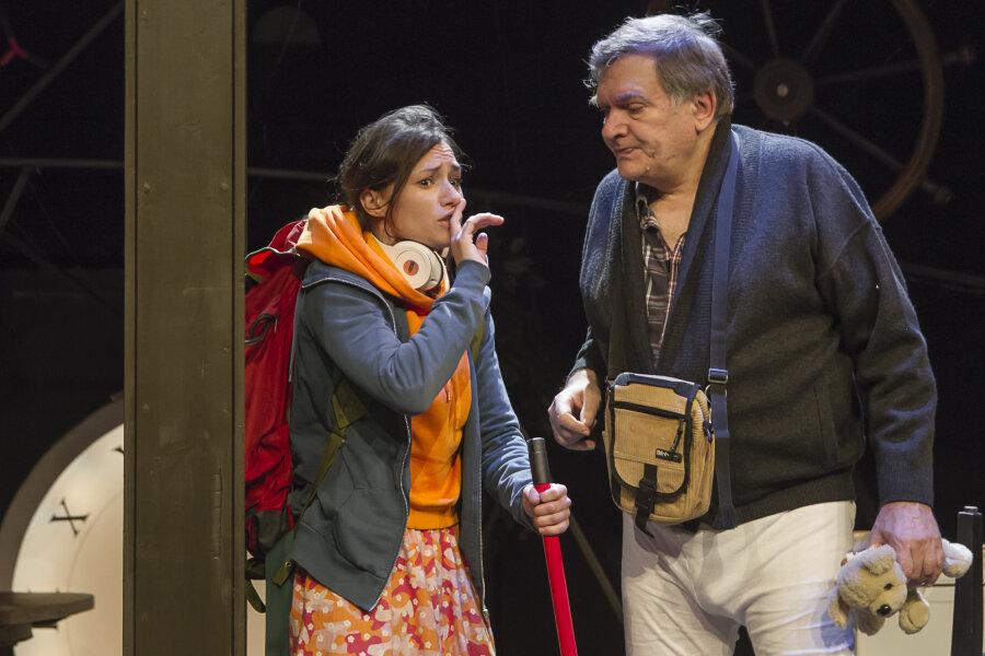 Enkelin Tilda (Johanna Franke) ist mit Großvater Amandus (Michael Schramm) auf der Flucht vor dessen Alzheimer-Krankheit und ihren Folgen.