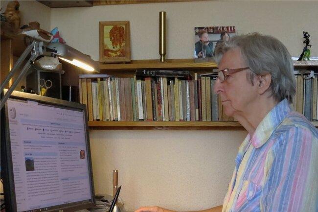Monika Arnold an ihrem Computer. Im Schnitt fünf Stunden täglich investiert sie in ihre Recherchen und das Schreiben von Wikipedia-Artikeln. Fast 700 Einträge im Online-Lexikon hat sie verfasst.