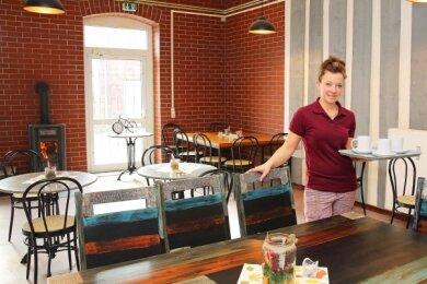 """Küchenchefin Katja Borchardt freut sich über den neu gestalteten Gastraum in der """"Alten Weberei"""" in Langenhessen."""
