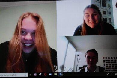Stella-Victoria Schultz (l.), Vanessa Bergmann (rechts oben) und Julia Päßler (unten) freuen sich über ihren Preis.