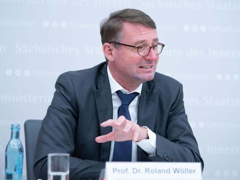 Roland Wöller (CDU), Innenminister von Sachsen, spricht auf einer Pressekonferenz.