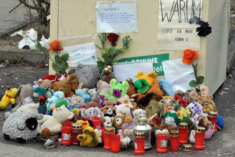 Bild vom März 2011: Viele stellten Kerzen und Plüschtiere vor dem Altkleidercontainer auf, in dem im Januar 2011 ein totes Baby gefunden worden war.