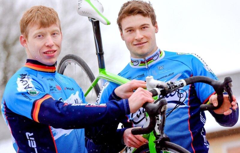 Maximilian Levy - Die Sprinter Joachim Eilers (links) und Stefan Bötticher werden beim Chemnitzer PSV von den Trainern Ralph Müller und Andreas Hirschligau betreut.