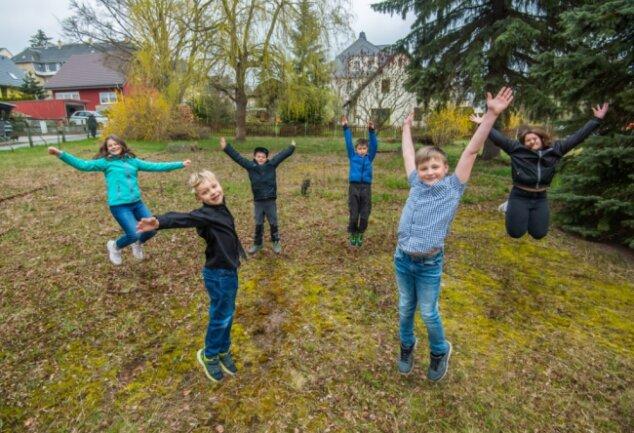 Der Spielplatz soll vor dem BBZ entstehen. Kinder dürfen bei der Planung mitreden. Im Bild von links: Nikita Ihle, Ben Luis Curth, Aaron Schleuning, Keke Ihle, Dennis Martin Curth und Josy Mohr.