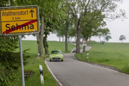 Sie ist seit Jahren ein Zankapfel: die Straße zwischen Sehma und Walthersdorf. Der geplante Ausbau seitens des Landkreises - vor allem innerorts - sorgt für heftige Kritik der Anwohner in Sehma.
