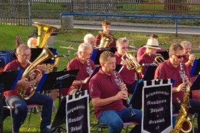 Der Bergmännische Musikverein Jöhstadt-Grumbach lädt immer mal wieder zur öffentlichen Probe ein. Bei dieser hier in Grumbach wurden Spenden für Flutopfer im benachbarten Steinbach gesammelt.