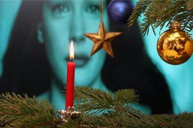 Die Kerzen brennen, der Fernseher läuft. So bleibt die Welt für ein paar Stunden einfach draußen.