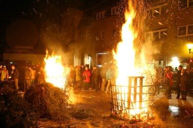 Veranstaltungen zur Entsorgung der ausrangierten Weihnachtsbäume wie das Knut-Fest in Remse müssen dieses Jahr wegen des Kontaktverbotes zur Eindämmung der Coronapandemie abgesagt werden.