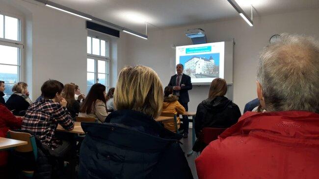 Lutz Neumann, Direktor der Plauener Berufsakademie, erklärt das duale Studium.