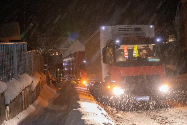 Am Dienstagnachmittag und -abend blieben im Erzgebirge mehrere Laster auf verschneiten Straßen liegen, so wie hier in Geyer.