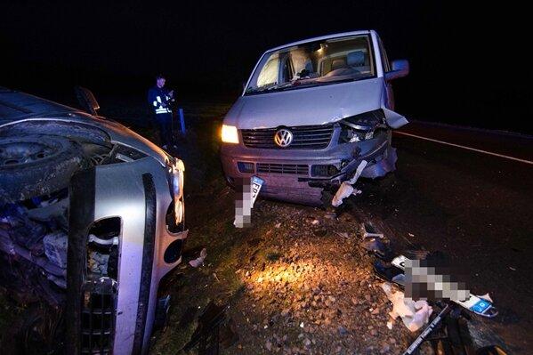 VW T5 kollidiert mit Gegenverkehr und landet im Graben