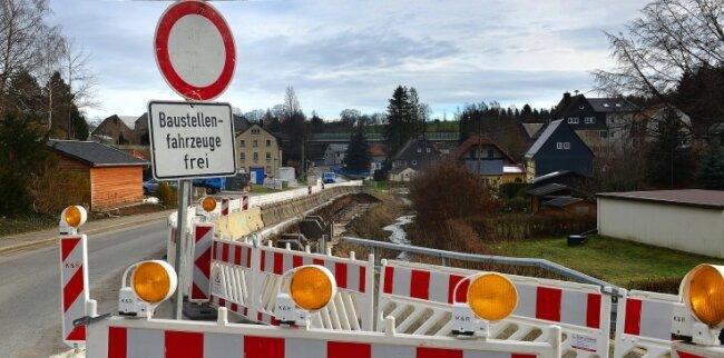 In der Ortsdurchfahrt Ottendorf wird noch bis Juli an einer Stützwand und an der Böschung gebaut.