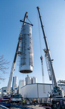 Die Kohrener Landmolkerei in Penig hat ihre Tankkapazitäten erweitert und fünf neue Großtanks aufgestellt. Damit können nun 260.000 Liter Milch zusätzlich gelagert werden.