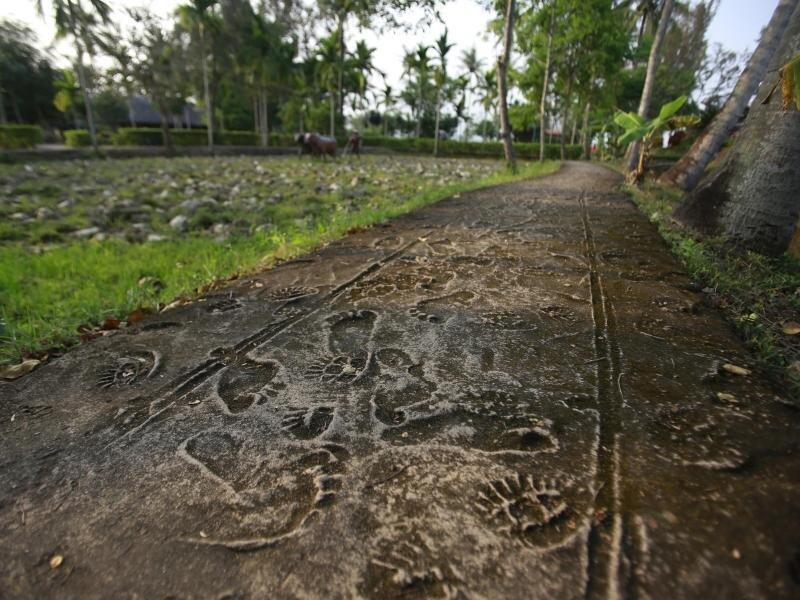 Die rekonstruierten Fußabdrücke von vietnamesischen Dorfbewohnern und US-Soldaten sind Teil des Mahnmals für das Massaker von My Lai.