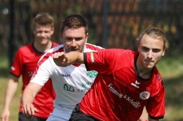 Mattis Ahlgrimm (vorn) besorgte am Sonntag das 1:0 des SV Heinrichsort/ Rödlitz. Am Ende konnte er mit dem Team den Einzug ins Pokalfinale bejubeln.