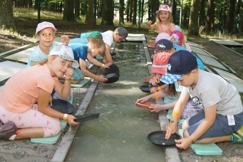 """Ab 3. August ist wieder das """"Haus der Entdecker"""" in Vielau wieder geöffnet. Die Mädchen und Jungen der Vorschulgruppe der Kita """"Anne Frank"""" durften vorab die hinter dem Haus befindliche Goldwäsche testen."""