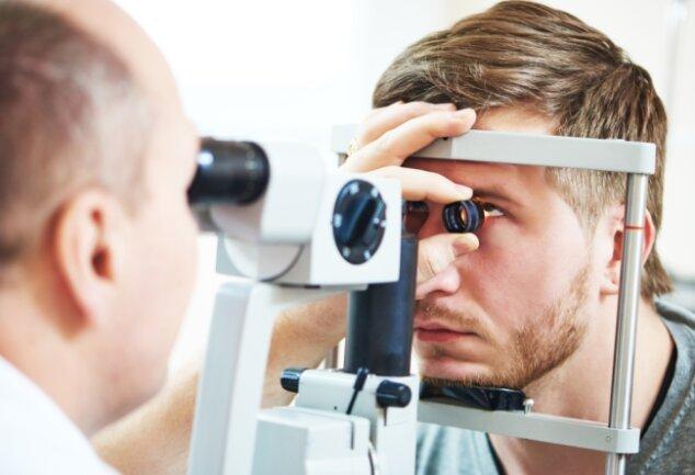 Im Vogtlandkreis fehlt es an Augenärzten. Patienten müssen lange Wege auf sich nehmen, um in einer Praxis angenommen zu werden. Einen Bereitschaftsdienst gibt es seit April nur noch in Chemnitz.