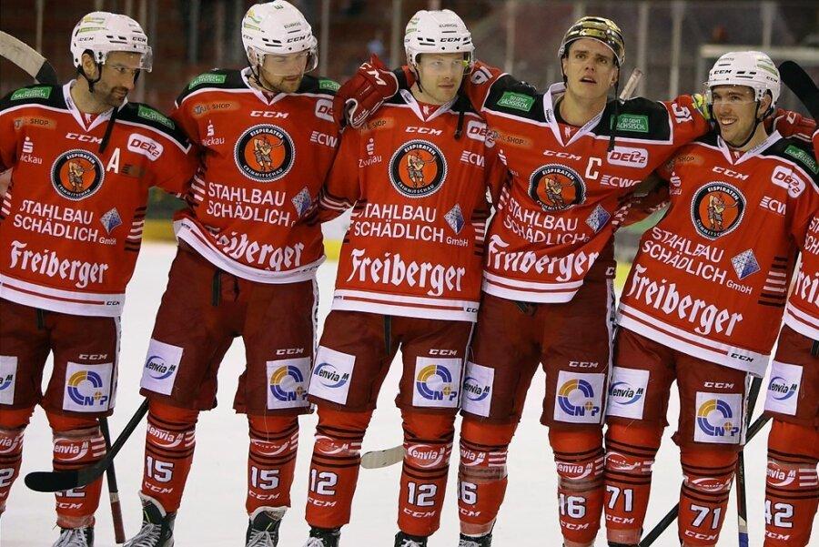 Das Eispiraten-Team um Kapitän Vincent Schlenker (mit dem gpldenen Helm) präsentiert sich bisher als Einheit.
