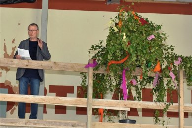 Den Richtspruch sprach Uwe Scholz von der Firma Höfer & Scholz Bau aus Zeulenroda, die die Baumeisterarbeiten in Schöneck vorgenommen hatte. Pfarrer i.R. Andreas Türpe segnete den Anbau.
