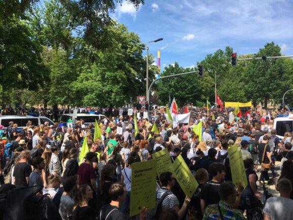 Am Külzplatz treffen die Demo der Rechtsextremen und die der Gegendemonstranten aufeinander.