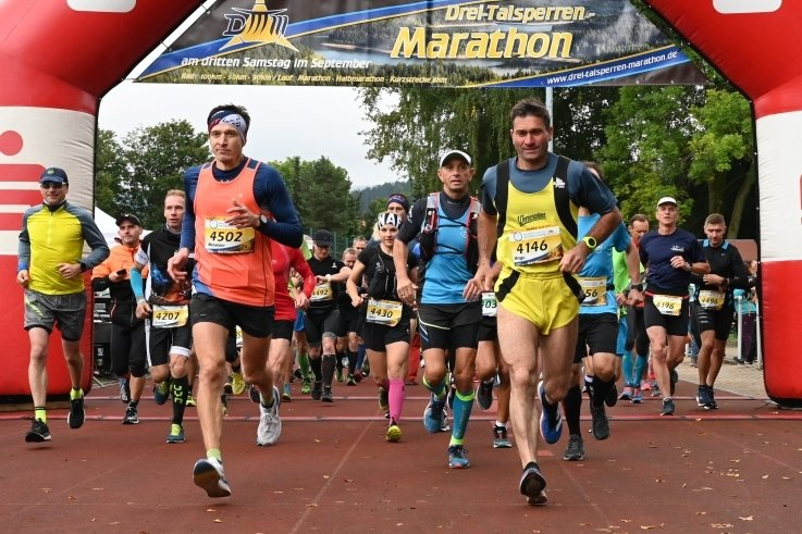 Auf der Marathon-Distanz trugen sich 94 Sportler in die Ergebnisliste ein. Vorn rechts setzt sich der spätere Gesamtzweite Ringo Straßburg von Blau-Weiß Auerbach schon am Start in eine günstige Position.