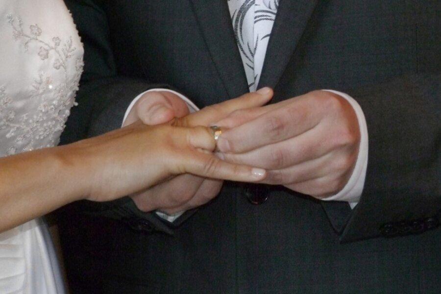 Weil viele Vorschriften zu beachten sind, trauen sich in Coronazeiten weniger Paare.