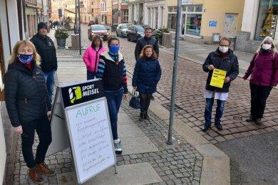 In Mittweida haben die Händler für eine Öffnung ihrer Läden unter Hygienevorschriften demonstriert, so auch Sabine Meisel (l.) und Uhrmachermeister Jens Grundmann (2. v. r.).