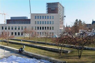 In die Bergakademie in Freiberg wird weiter investiert. Das neue Zentrum für effiziente Hochtemperatur-Stoffwandlung ist schon fertig, im Hintergrund wächst die neue Bibliothek in die Höhe.