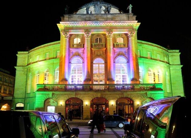 Das Opernhaus wurde in neonfarbenes Licht getaucht - ein bisschen schrill, so, wie es die Londoner mitunter selbst sind.