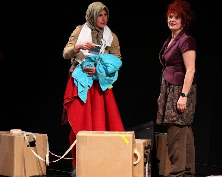 """<p class=""""artikelinhalt"""">Das Dokumentarstück """"Human Checkpoint"""" regte stark zur Diskussion an. Anja Bilabel (links) und Angelika Sieburg berührten das Publikum mit ihrer ausdrucksstarken Spielweise. </p>"""