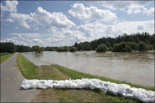 Die Gefahr durch das Hochwasser in Brandenburg lässt langsam nach. In der Nacht habe es nirgends größere Probleme gegeben, sagte am Morgen ein Sprecher des Innenministeriums in Potsdam. Die Pegel seien fast überall im Land rückläufig.
