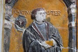 Ein Offenbacher mit dem Bildnis von Martin Luther.