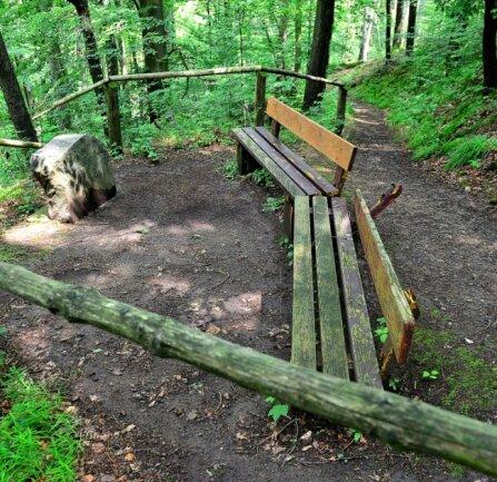 Diese kaputte Bank steht unterhalb des Huthauses des Bergwerks in Schönborn. Am Fuße des Berges liegt das Grubenwehr.