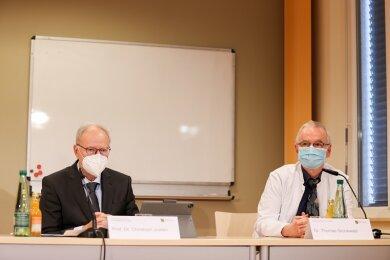 Prof. Dr. Christoph Josten vom Universitätsklinikum Leipzig und Dr. Thomas Grünewald vom Klinikum in Chemnitz bei der Pressekonferenz in Aue am Freitag.
