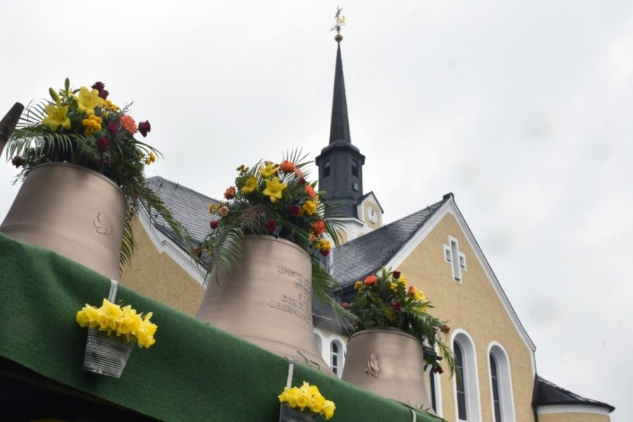 Die drei neuen Glocken sind am Sonntag zur Kirche in Neundorf mit einem Traktorgespann herangebracht worden.