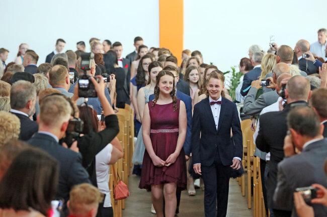 Josy Cänsler und Franz Kadau führen die jungen Leute in den Saal.