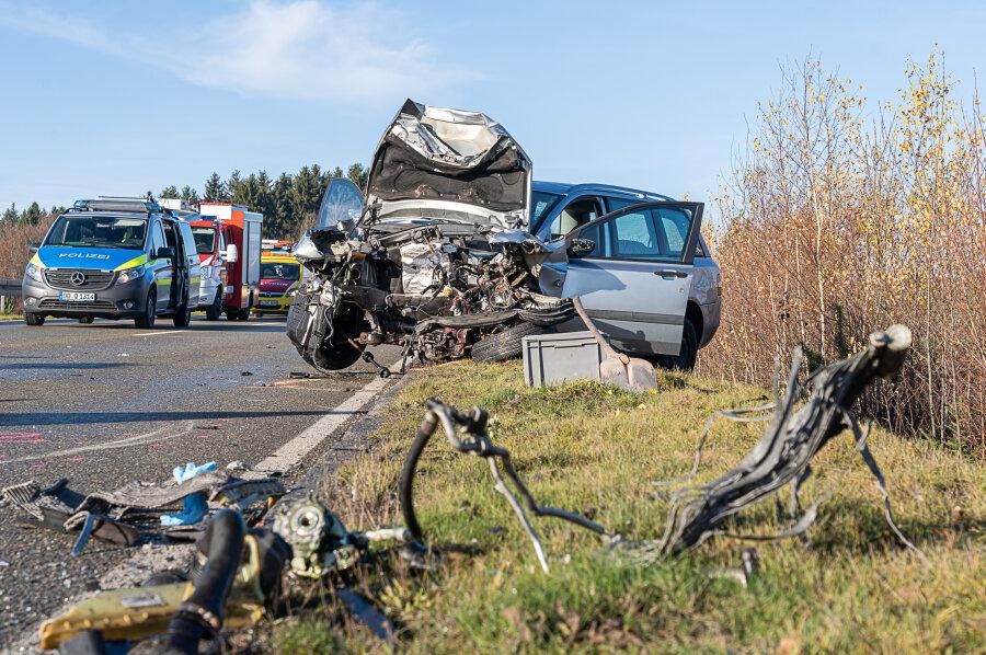 EinFiatfahrer (66), der am Samstagmorgen einen schweren Autounfall auf der S 299 bei Treuen verursacht hatte, ist seinen Verletzungen erlegen.