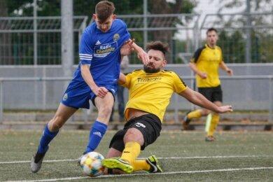Starke Partie: Ronny Singer (r.) verlor beim Pokalspiel des BSC Freiberg bei Fortuna Chemnitz kaum einen Zweikampf. Nach zwei umstrittenen Gelben Karten musste der 32-Jährige aber vorzeitig vom Platz.