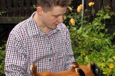 Oliver Barthel überprüft die Rassemerkmale bei einem seiner Lohkaninchen. Danach wählt er die Tiere aus, die er präsentiert.