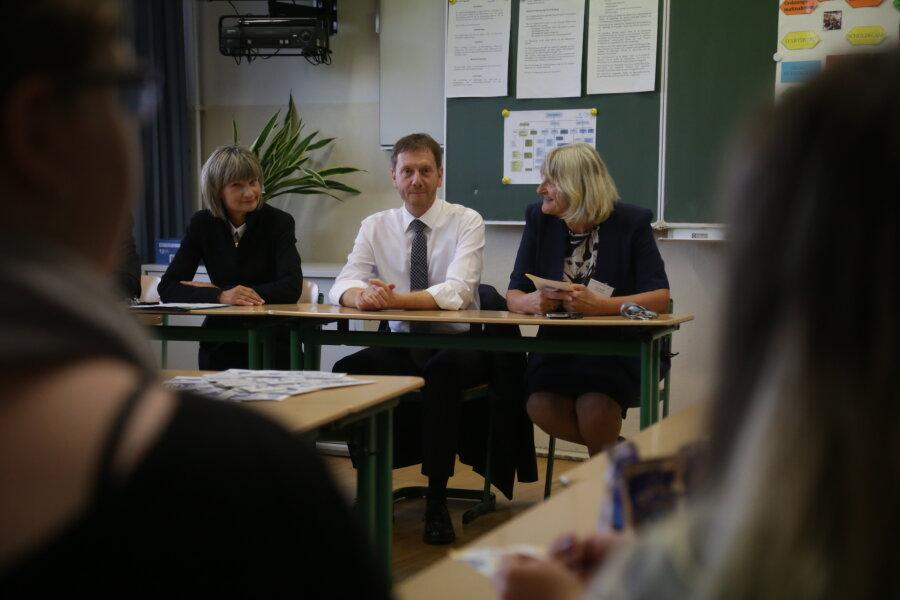 """Ministerpräsident Kretschmer war am Donnerstagvormittag in der Oberschule """"Am Flughafen"""" in Chemnitz zu Gast."""