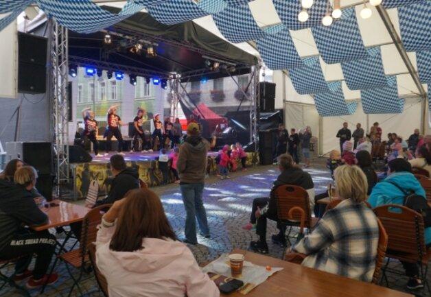 Das Festzelt war am Samstagnachmittag beim Auftritt der Tanzperlen des Zschopautales reichlich besucht.