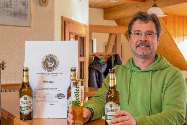 Braumeister Thomas Fiedler mit dem prämierten Pilsener. Es erhielt von einer Expertenjury eine Goldmedaille.