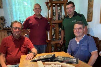 Am Modell ihres Schwibbogens (vorn) sind unter anderem Dieter Herold, Martin Müller, Marc Thierfelder und Ralf Auxel (von links) vom Auerbacher Schnitzverein beteiligt.
