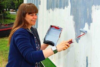 Anja Kurze half beim Streichen des Containers an der Koberbachtalsperre.