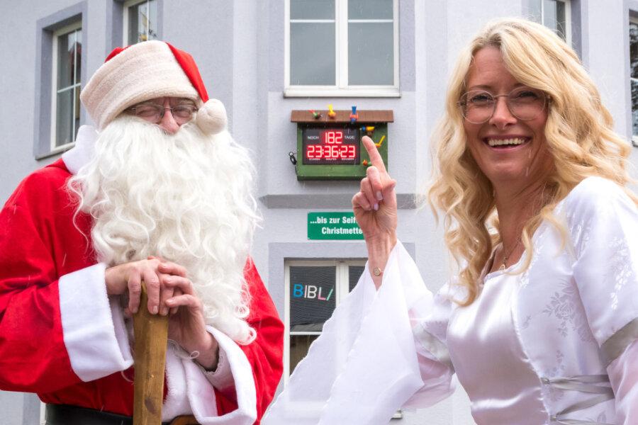 Weihnachtsmann und Engel haben in Seiffen den Countdown bis Weihnachten gestartet.