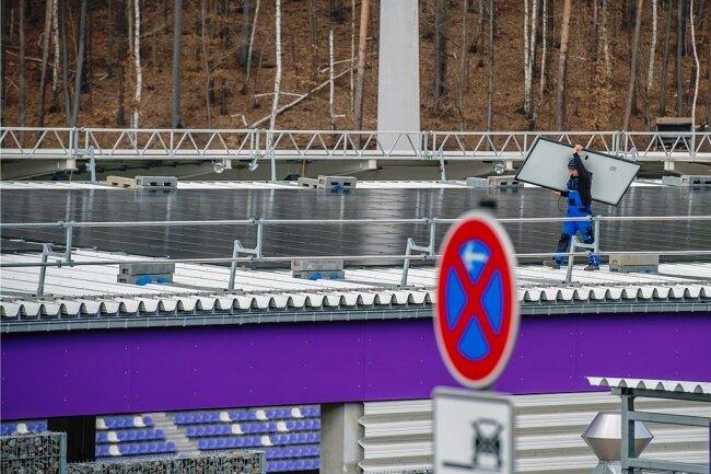Derzeit laufen die Montagearbeiten auf der Fußballarena. Bereits am kommenden Mittwoch sollen alle Module verbaut sein.